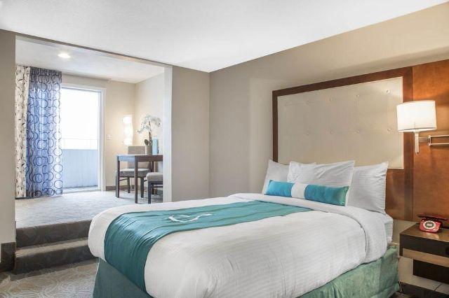 Aqua-blue-hotel-10-2d0611f6da7f1d18b30097b54b317da0-640x426